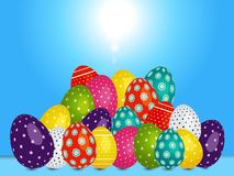 Carichi delle uova di Pasqua decorate sopra il cielo soleggiato blu Fotografia Stock Libera da Diritti