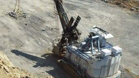 Carichi grandi di un escavatore video d archivio
