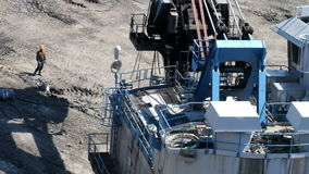 Carichi grandi di un escavatore stock footage