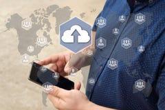 Carichi lo stoccaggio della nuvola sul touch screen con un fondo della sfuocatura fotografie stock libere da diritti