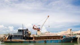 Carico aspettante della nave al bacino Fotografia Stock