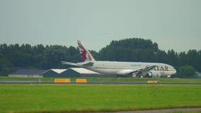 Carico Boeing 777 del Qatar che rulla stock footage