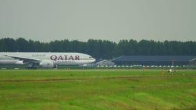 Carico Boeing 777 del Qatar che rulla archivi video