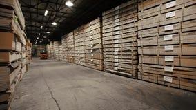 Carico in caso di legno al fondo del magazzino Mobilia di riserva stock footage