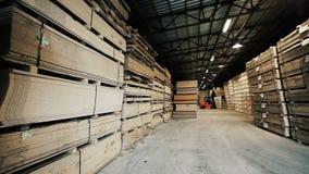 Carico in caso di legno al fondo del magazzino Mobilia di riserva archivi video