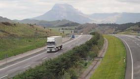 Carico del camion di Renault sulla strada di montagna Fotografia Stock