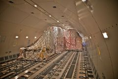 Carico del carico dentro un aeroplano Fotografia Stock Libera da Diritti