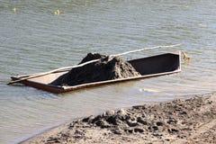 Carico di barca della sabbia nera Fotografie Stock