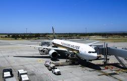 Carico di caricamento dell'aereo di Singapore Airlines Immagini Stock