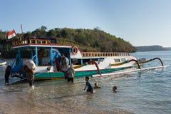 Carico di trasporti degli uomini dalla nave Fotografia Stock Libera da Diritti