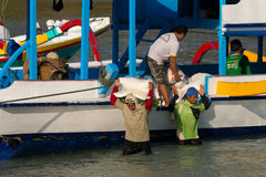 Carico di trasporti degli uomini dalla nave Immagini Stock