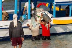 Carico di trasporti degli uomini dalla nave Immagine Stock Libera da Diritti
