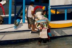 Carico di trasporti degli uomini dalla nave Immagini Stock Libere da Diritti