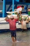 Carico di trasporti degli uomini dalla nave Fotografie Stock