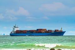 Carico di trasporto della nave porta-container, spedente oltremare Fotografie Stock Libere da Diritti