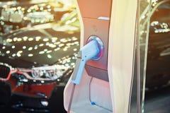 Carico di un'automobile elettrica Fotografia Stock