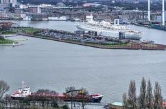 Carico e nave da crociera immagini stock libere da diritti