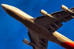Carico HL7420 di Boeing 747-400 Asiana di decollo Immagini Stock