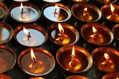 caridad Velas de rogación en un templo Fotografía de archivo libre de regalías