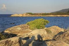 Caridi海滩海湾在Vourvourou 晚上夏天 免版税库存图片