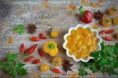 Caril amarelo do molho com vegetais Imagem de Stock