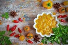 Caril amarelo do molho com vegetais Imagens de Stock Royalty Free