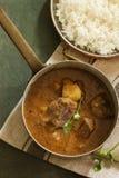 Caril de cordeiro indiano da carne de carneiro servido com arroz Fotografia de Stock