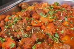 Caril do vindaloo da carne em um bufete indiano do restaurante imagem de stock