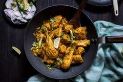 Caril indiano da galinha do óleo zero na bandeja preta na tabela fotos de stock royalty free
