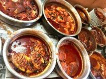 Caril picante dos peixes do estilo de Kerala nas bacias de alumínio foto de stock