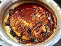 Caril picante dos peixes do estilo de Kerala nas bacias de alumínio imagens de stock