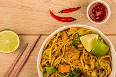 Caril tailandês amarelo da galinha do estilo com macarronetes e as batatas doces foto de stock royalty free