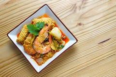 Caril tailandês do camarão - camarões do rei no molho de caril vermelho Fotos de Stock Royalty Free