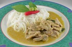 Caril tailandês do verde da carne de porco com macarronetes de arroz Fotos de Stock