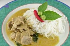 Caril tailandês do verde da carne de porco com macarronetes de arroz Imagens de Stock