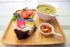 Caril tailandês do verde da galinha com arroz imagens de stock royalty free