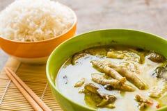 Caril tailandês do verde da galinha na bacia fotografia de stock royalty free