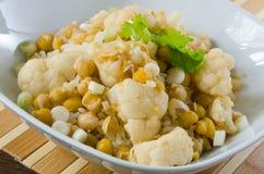 Caril vegetal com couve-flor e grãos-de-bico Imagens de Stock