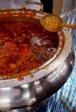 Caril vegetal do alimento indiano da rua em uma bacia pronta para o serviço imagens de stock royalty free