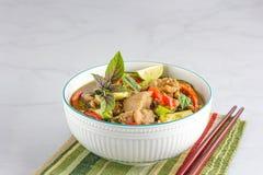 Caril verde tailandês da galinha em uma bacia com os hashis, decorados com Basil Leaves e o limão tailandeses Alimento asiático e foto de stock royalty free