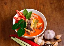 Caril vermelho do coco da carne de porco: Alimento delicioso e famoso de Tailândia foto de stock royalty free