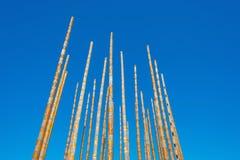 Carillón de viento en un cielo azul Fotos de archivo