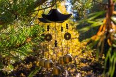Carillon di vento del primo piano nel giardino di autunno Felicità, successo, potere, ricchezza fotografia stock libera da diritti