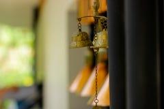 Carillones de viento de cobre amarillo del primer en el jardín Imagen de archivo libre de regalías