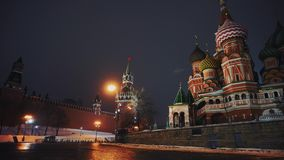 Carillones del Kremlin y la catedral de la albahaca del santo en la Plaza Roja, símbolos del país metrajes