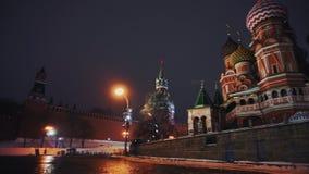 Carillones del Kremlin y la catedral de la albahaca del santo en la Plaza Roja, símbolos del país almacen de video