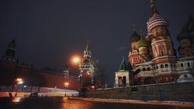 Carillons de Kremlin et cathédrale de Basil de saint dans la place rouge, symboles du pays banque de vidéos