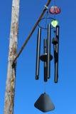 Carillons de vent avec un ciel bleu photo stock
