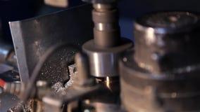 Carimbando as peças pequenas no torno automático filme