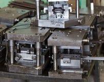 Carimbando a ferramenta Para o trabalho no metal Ferramenta pesada em um p de planejamento Imagens de Stock Royalty Free